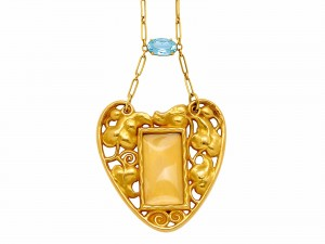 AN ART NOUVEAU AQUAMARINE AND GOLD HEART PENDANT, CIRCA 1910